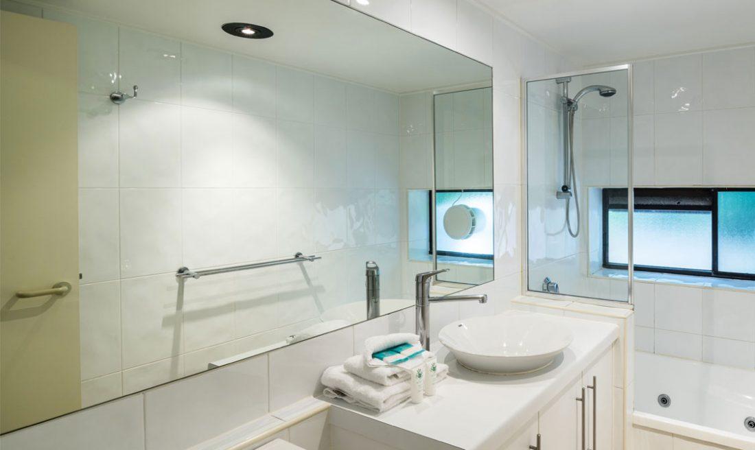 Little Cove Court Apartment 8 private bathroom